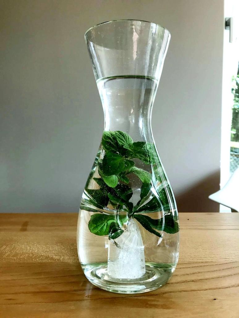 Glaskrug mit Kristall